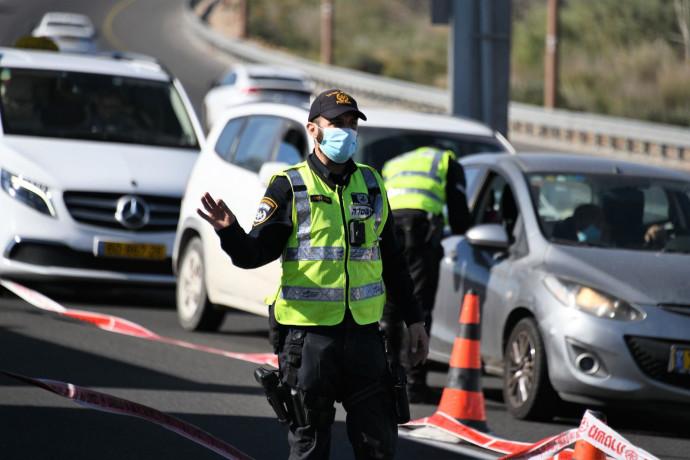 שוטר אוכף את הנחיות הסגר