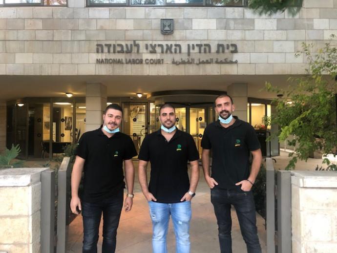 """חברי ועד העובדים של דור אלון בכניסה לבית הדין הארצי (באמצע, יו""""ר הועד טל זגורי)"""