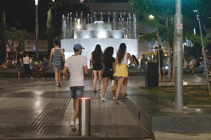 צעירים מבלים בכיכר דיזנגוף