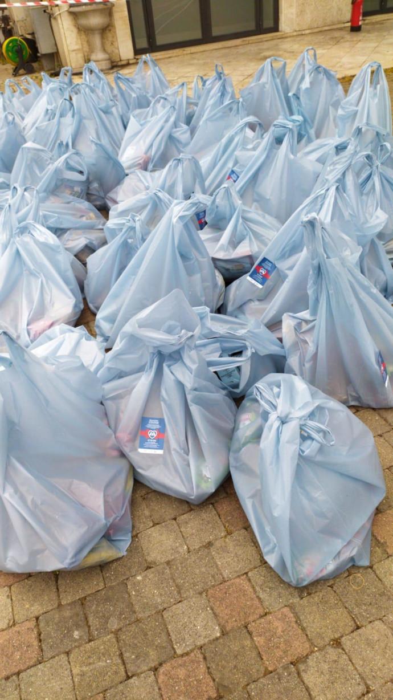 חלוקת סלי מזון למשפחות באיטליה בקמפיין הרוח הישראלית של הסוכנות היהודית