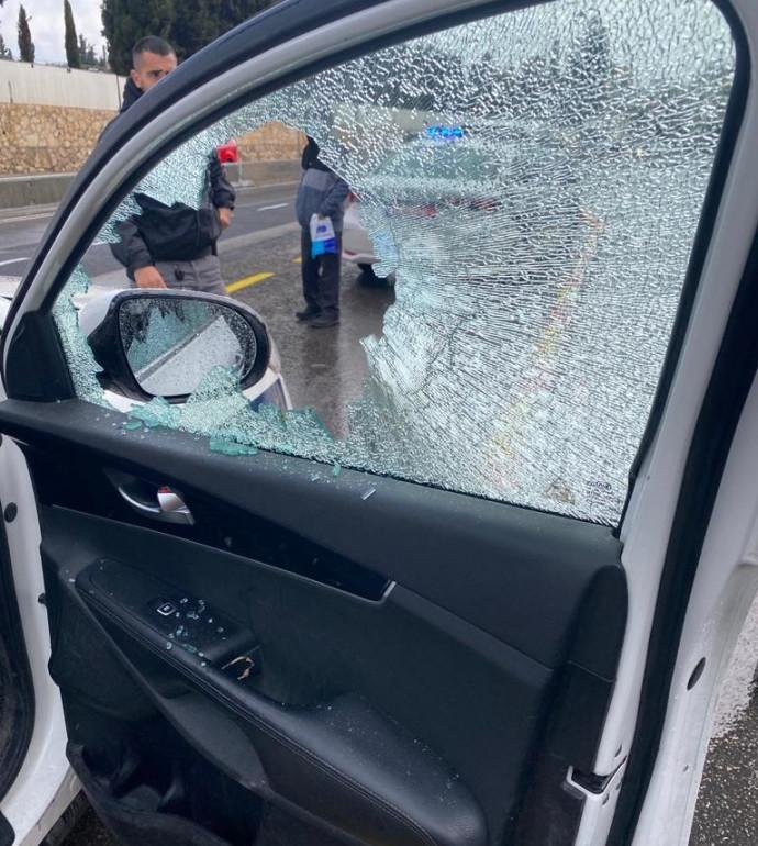 הרכב שניזוק מיידוי האבנים בירושלים