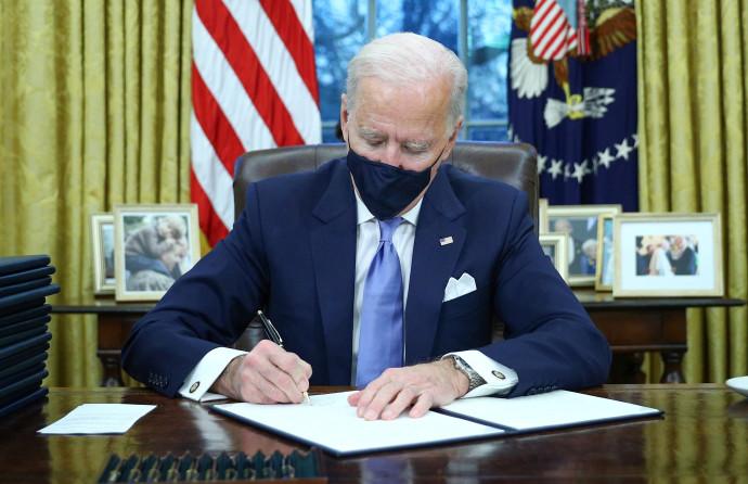 ג'ו ביידן חותם על צווים לראשונה כנשיא