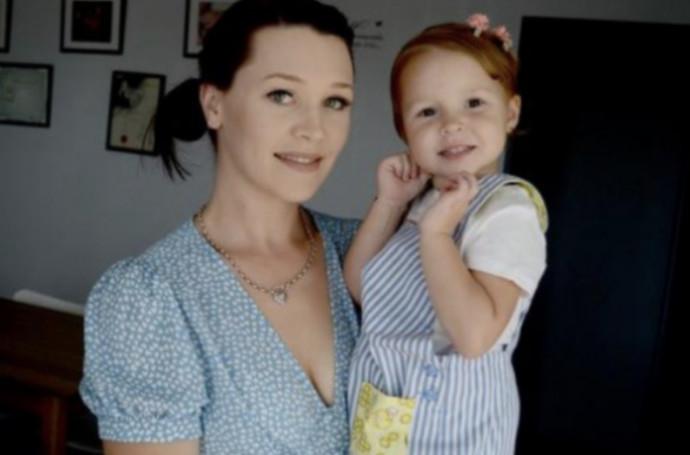 מוניקה גרין ובתה הקטנה
