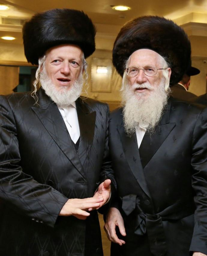 יהודה משי זהב (משמאל) ואביו, הרב מנחם מנדל משי זהב, שנפטר מקורונה