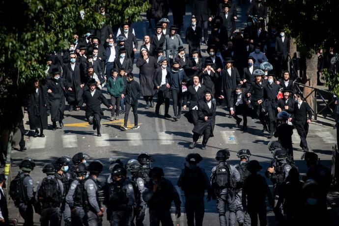 שוטרים מול מפגינים חרדים בירושלים