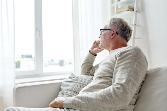 קשיש מתבודד בבית, אילוסטרציה