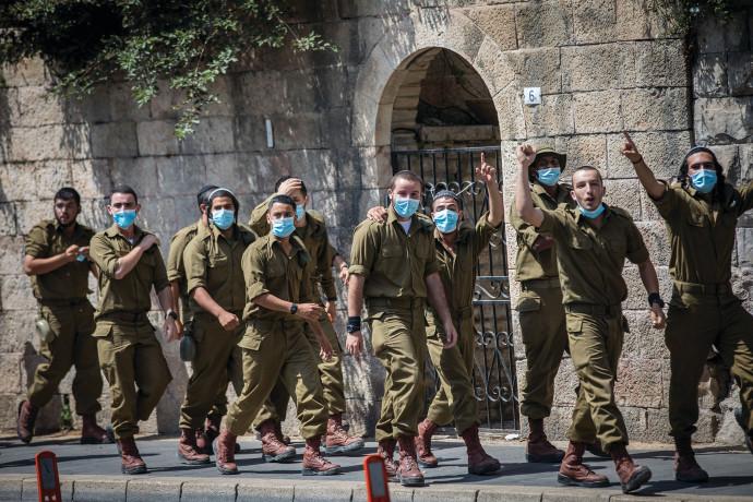 חיילים עם מסכות קורונה