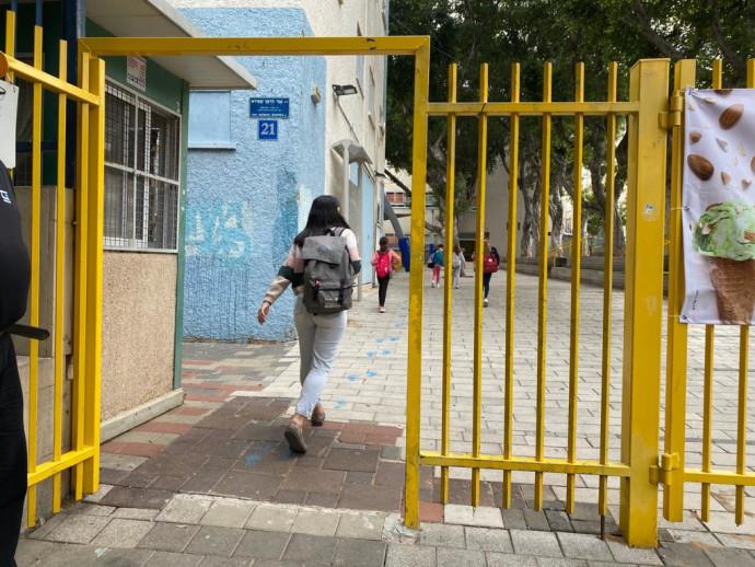 תלמידים חוזרים לבית הספר
