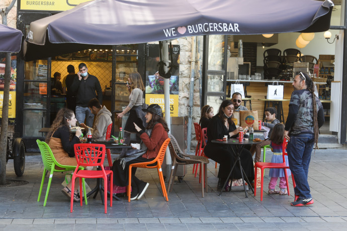 אנשים במסעדה אחרי הסגר, ירושלים