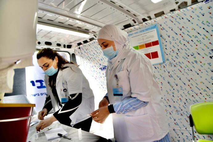 ניידת חיסונים לקורונה פועלת באזורי המגזר הערבי