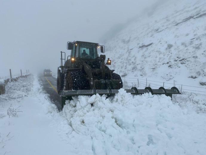 """כוחות צה""""ל מפנים שלג מהכבישים"""