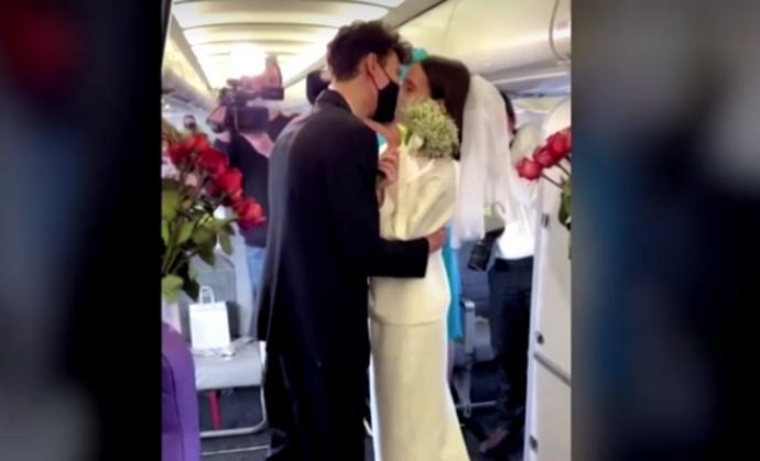 הזוג, אידה וטימופיי, שהתחתנו על מטוס