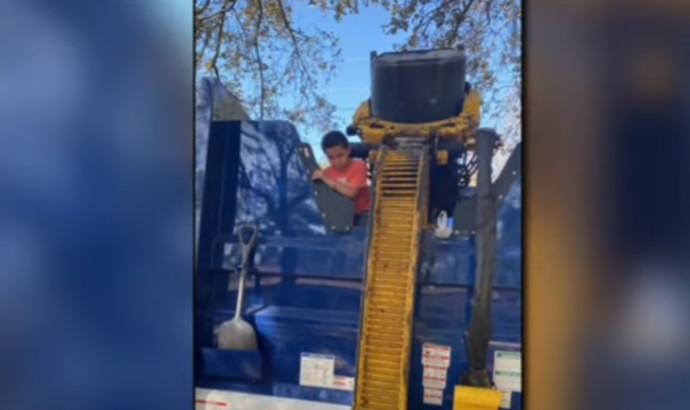 בן ה-7 שנתקע בתוך משאית זבל