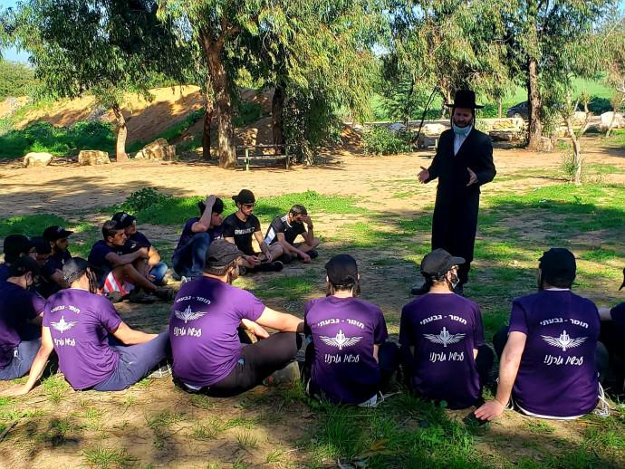 צעירים חרדים לפני גיוס במסע למען השבתו של הדר גולדין