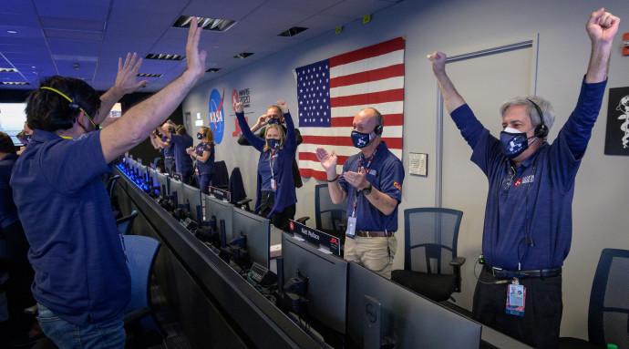 השמחה בחדר הבקרה לאחר הנחיתה המוצלחת על מאדים