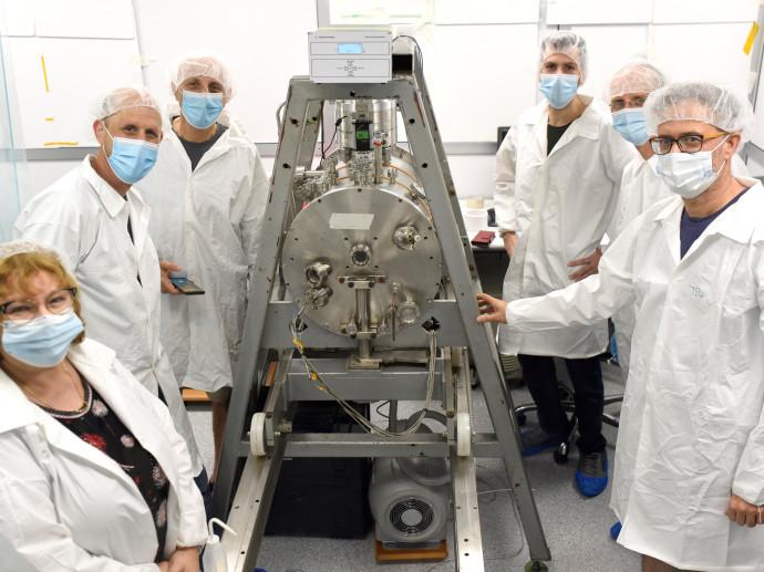 צוות המדענים של אוניברסיטת תל אביב עם הננו לווין
