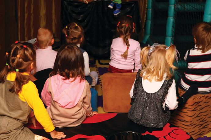 קהל של ילדים בהצגה