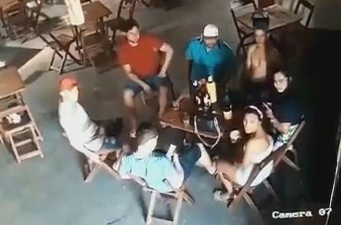 החבורה בבר המקומי, שניות לפני אירוע הירי
