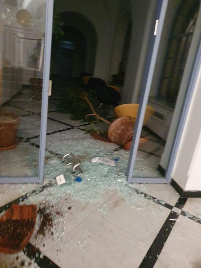 דלת זכוכית שניפצו המוחים בבניין עיריית ירושלים