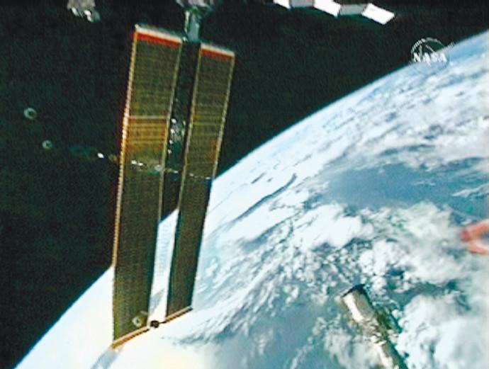 פאנל סולארי בחלל