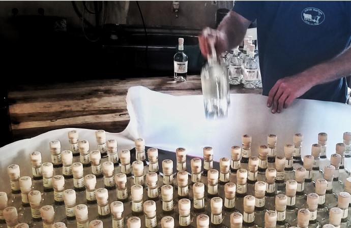 מזקקת יוליוס. בקבוקים