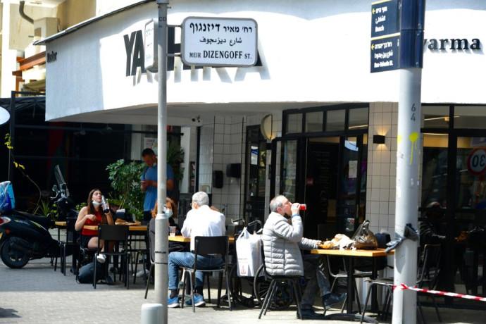בתי קפה ומסעדות נפתחו לישיבה במקום