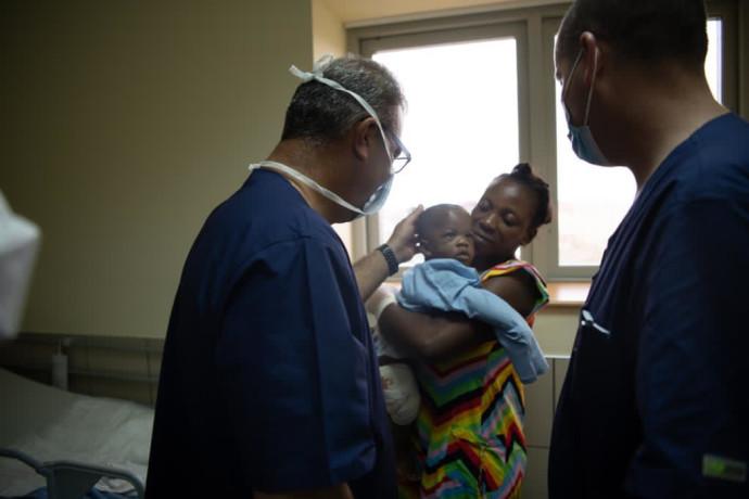 תינוק גינאי שנפצע מרסיס ברגלו וניצל על ידי הרופאים הישראלים