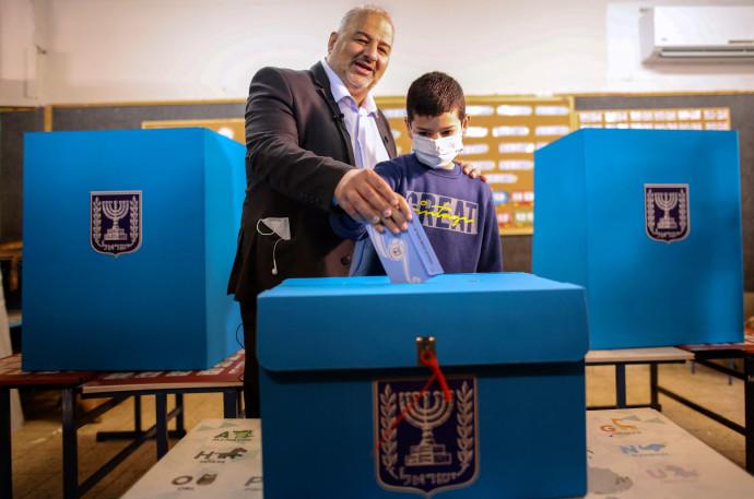 """יו""""ר מפלגת רע""""מ, מנצור עבאס, מצביע"""