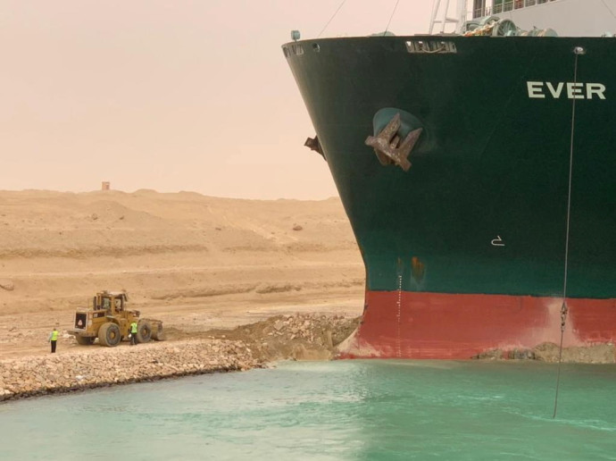 ספינה תקועה בתעלת סואץ