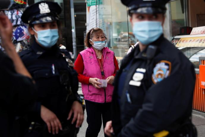 שוטרים אוכפים את הנחיות הקורונה בניו יורק