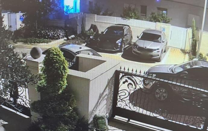 צילומים ממצלמות האבטחה בו נראה החשוד פורץ לרכבים