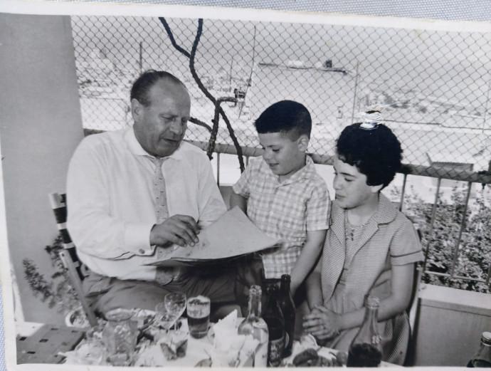 יעקב בילדותו עם שינדלר בעת ביקורו עם משפחתו בישראל