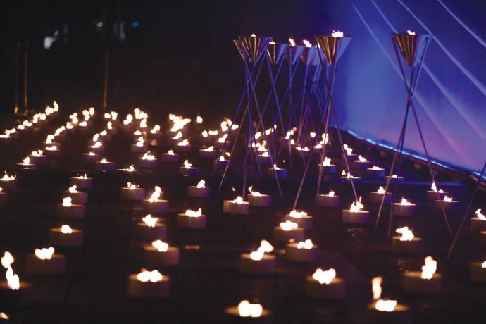 נרות זיכרון בכיכר רבין לחללים שנפלו