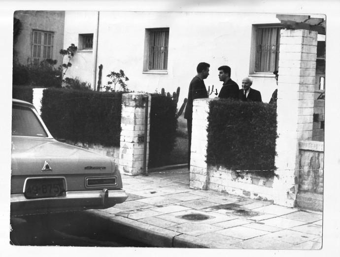 בן גוריון בחצר ביתו