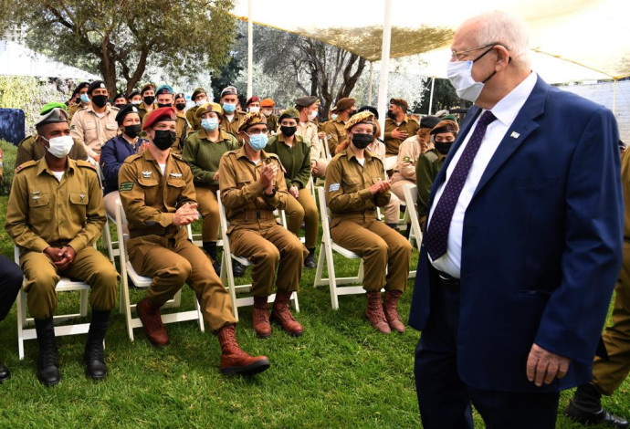 הנשיא ריבלין לצד החיילים המצטיינים