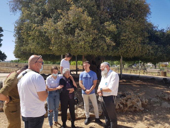 שלמה נאמן ראש המועצה האזורית גוש עציון עם תמר, בנה אייל שחר והנכדים שלה