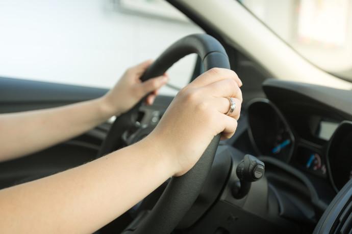 אישה נוהגת ברכב, אילוסטרציה