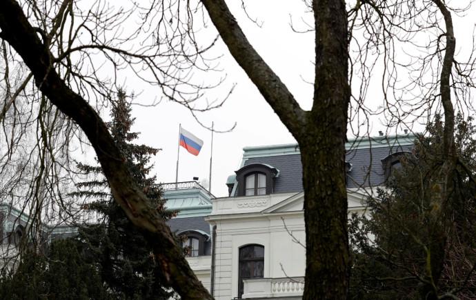 דגל רוסיה בשגרירות בפראג