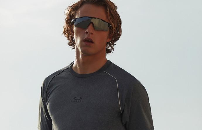 משקפי שמש לגברים, אוקלי