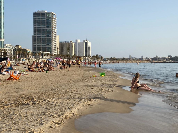 חם בחוף הים של תל אביב
