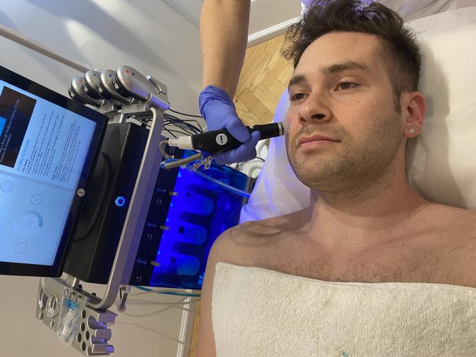 טיפול HydraFacial בקליניקה של קרן ברטוב