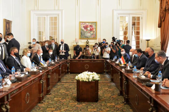 שר החוץ גבי אשכנזי ומקבילו המצרי סאמח שוקרי בארמון תחריר