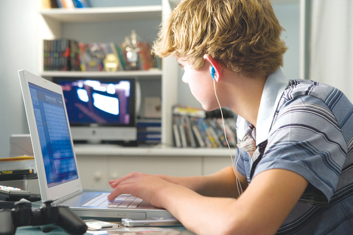 ילד משחק במחשב