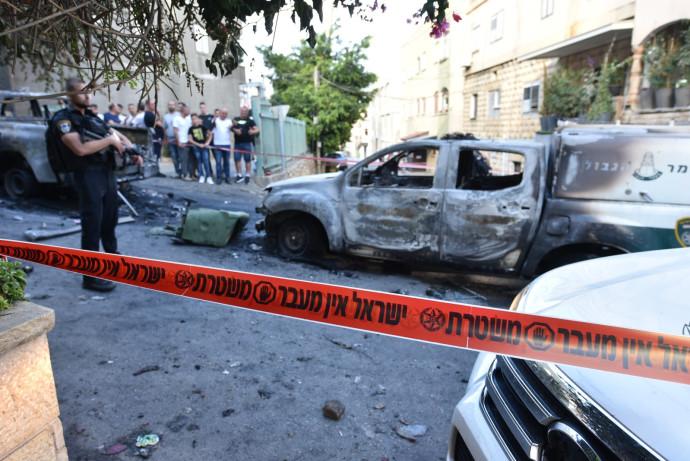 ניידת משטרה שהוצתה בדיר אל-אסד