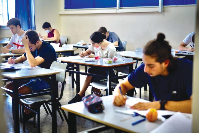 תלמידי תיכון יושבים בכיתה