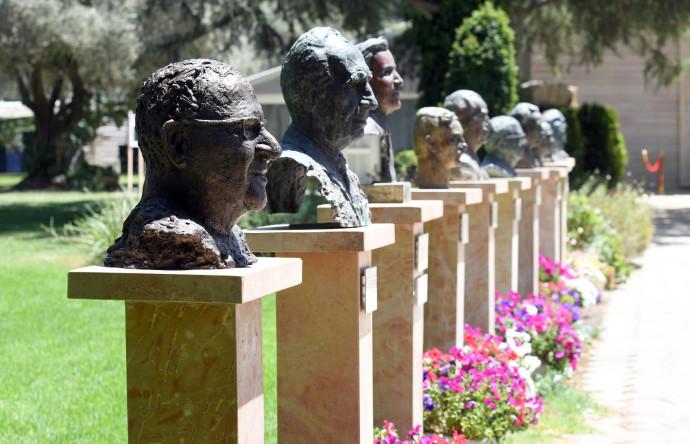פסל הנשיא ריבלין בשדרת הפסלים בבית הנשיא