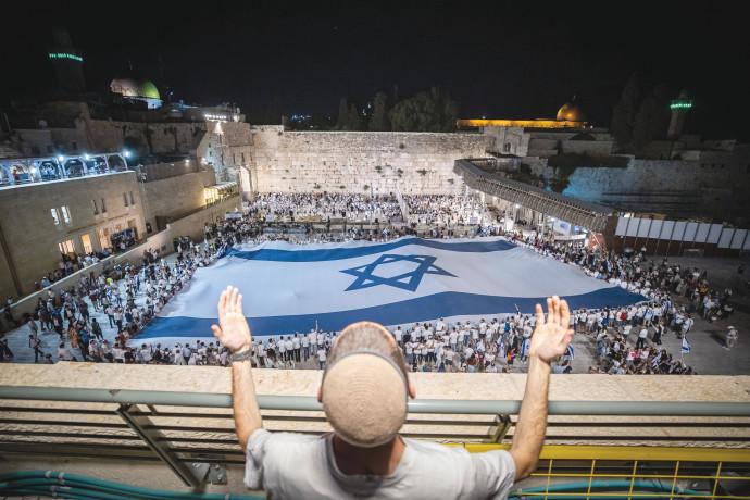 המונים חוגגים ברחבת הכותל עם דגל ישראל