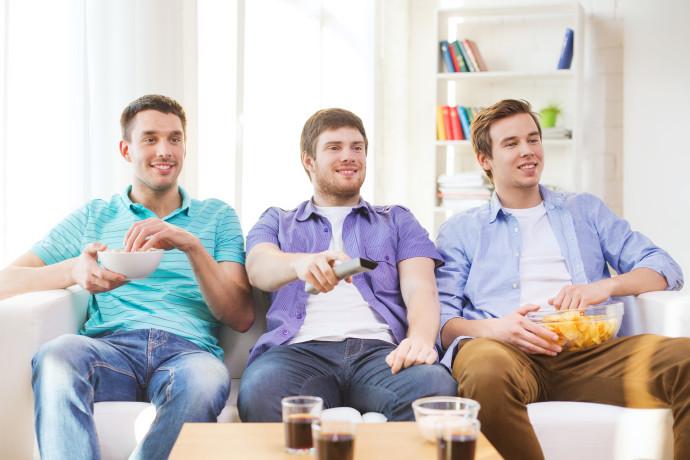 מנשנשים מול הטלוויזיה (אילוסטרציה)