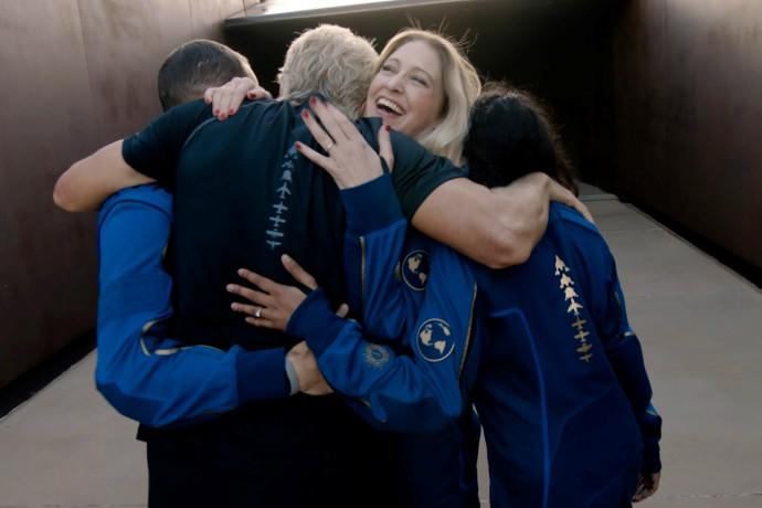 ריצ'רד ברנסון ואנשי צוותו רגעים לאחר הנחיתה מהחלל