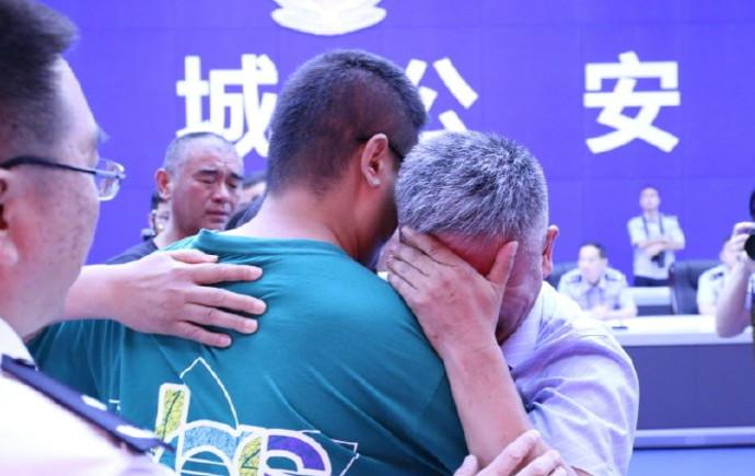 האיחוד המרגש בין האב והבן החטוף